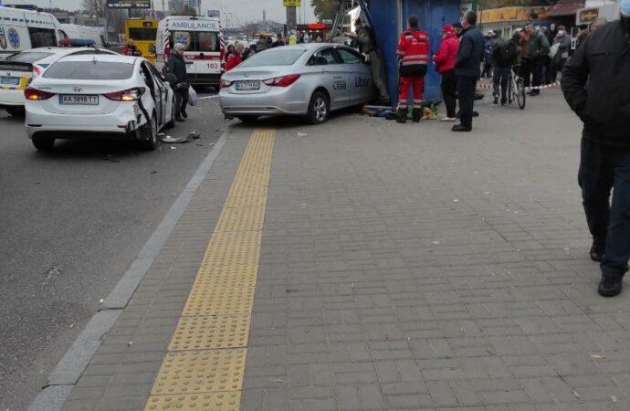 В Киеве такси влетело в остановку, есть жертвы (фото)