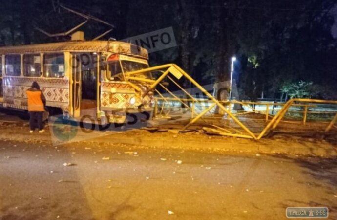 Трамвай снес забор в центре Одессы (видео)