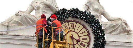 Скульптура «День» на здании одесской мэрии лишилась части груди (фото)