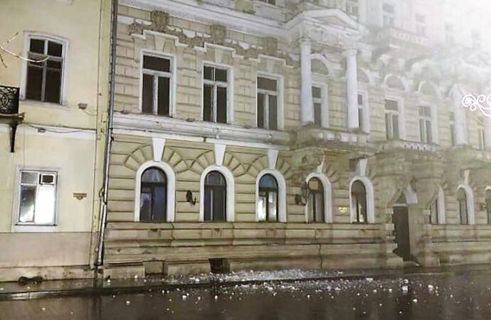 На Приморском бульваре в Одессе обрушился карниз дома Лерхе (фото)