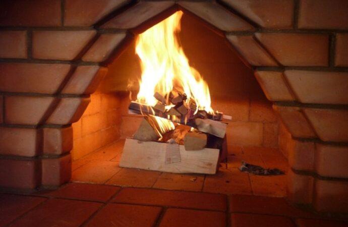 Дачные советы: зачем топить печь «сверху»?