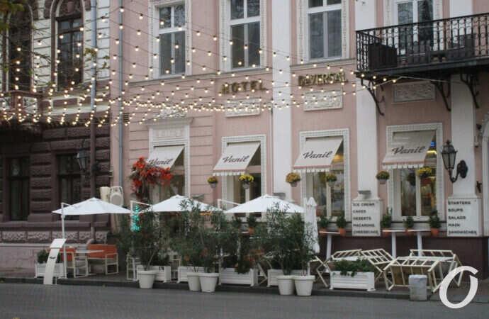Первый зимний день в центре Одессы: осенний разгар, немного Нового года и капелька лета (фоторепортаж)