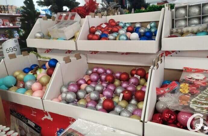 Новогодняя атрибутика: сколько стоят в Одессе елки, игрушки и декор?