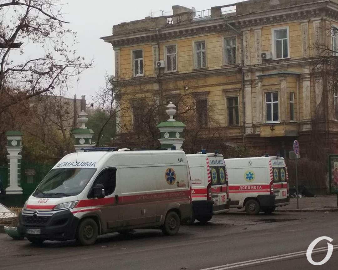очереди из скорых возле больницы №5 в Одессе