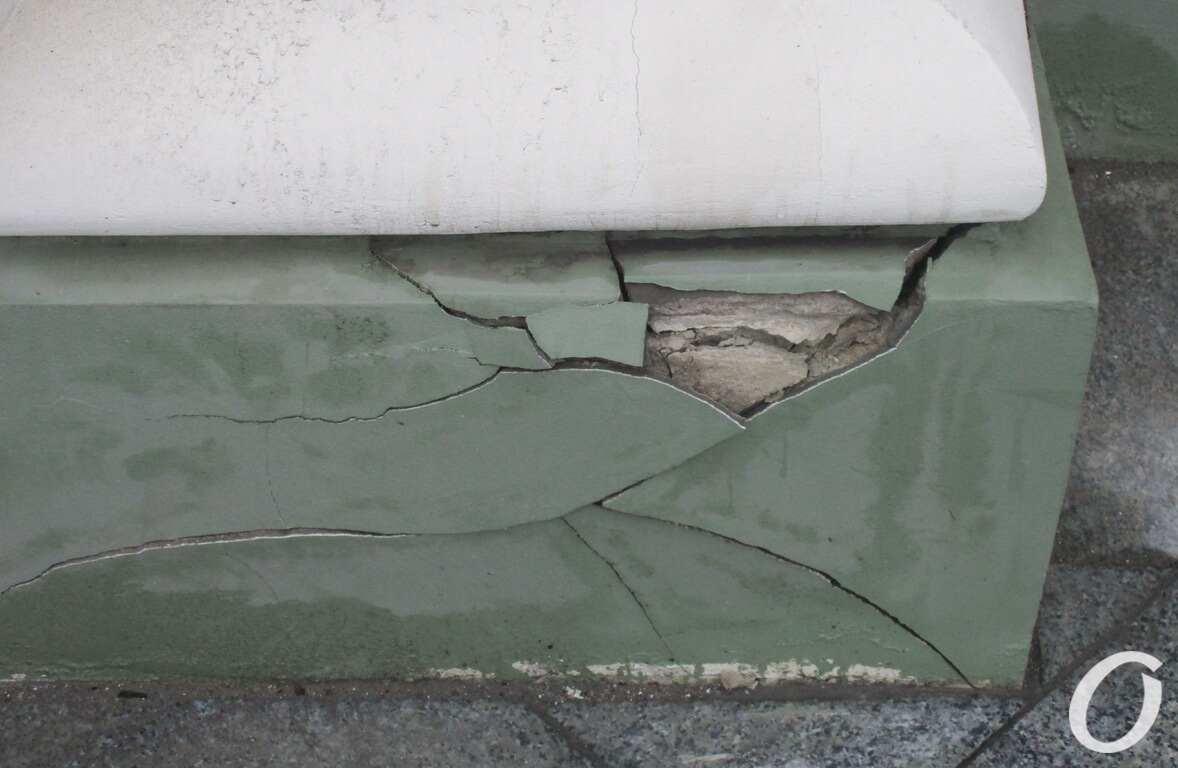 дом Руссова, трещины на фасаде