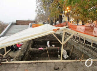 Раскопки на одесском Приморском бульваре теперь ведутся под навесом: о чем говорят историки? (фото)