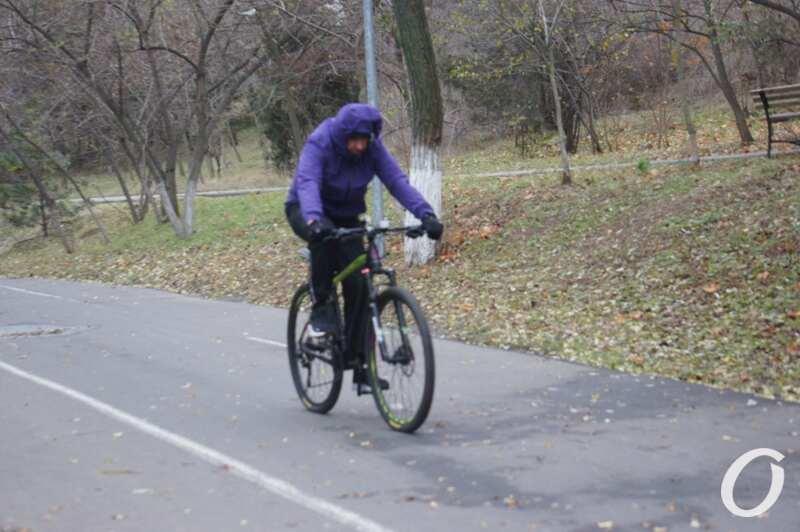 велосипедист едет по трассе
