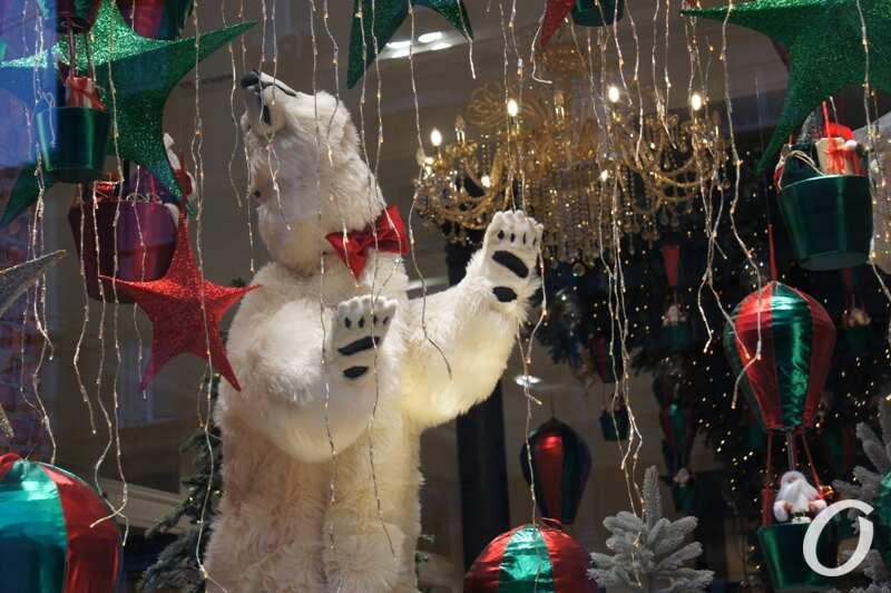 Новогодняя витрина, мишка танцует