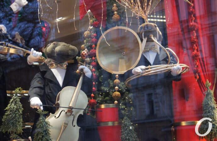 Одесса в преддверии Нового года: елки, Санта Клаусы и морж-трубач (фото)