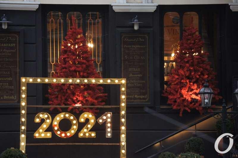 Новогодняя витрина, красные елки