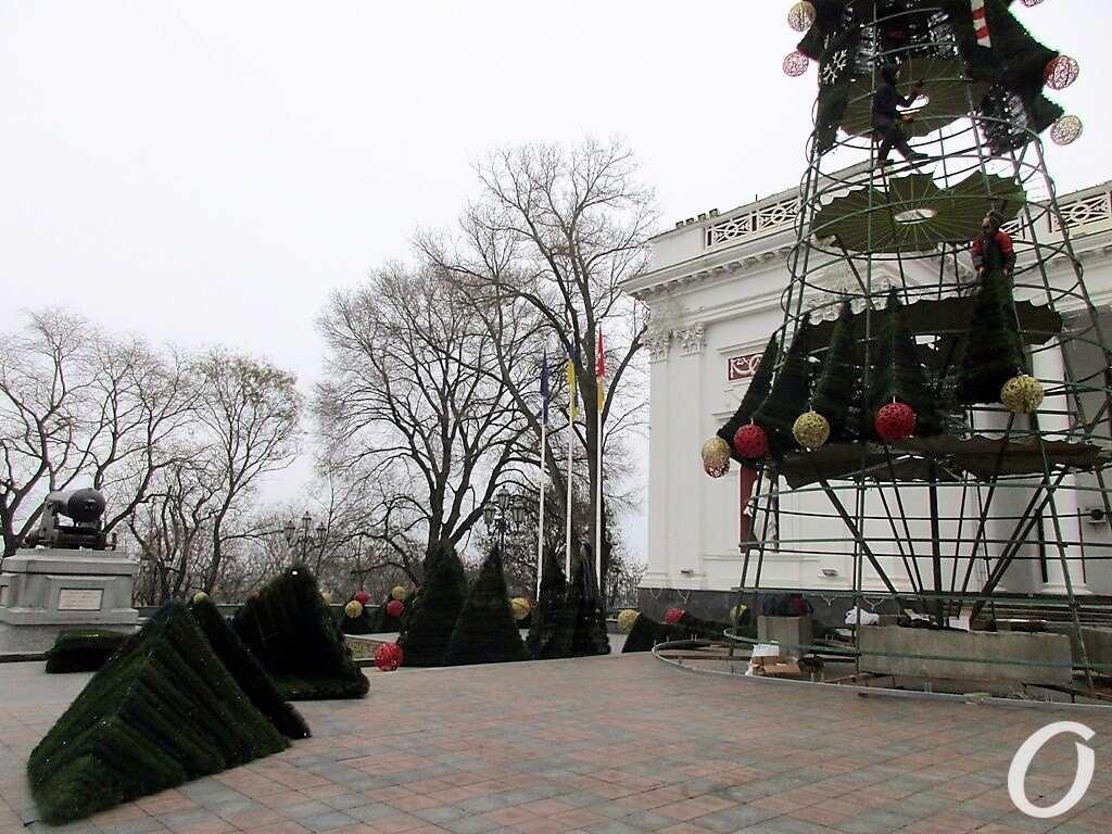 елка возле мэрии