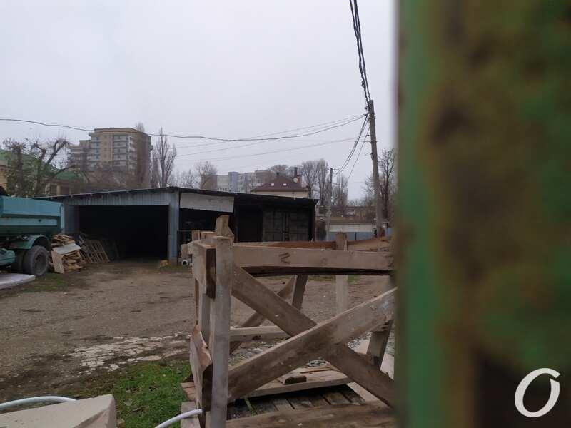 Место будущей стройки, территория огорожена
