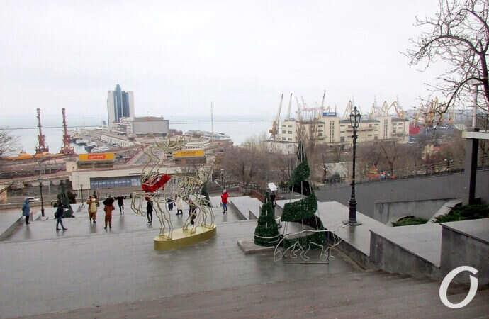На Потемкинской лестнице в Одессе — елки и зверушки (фото)