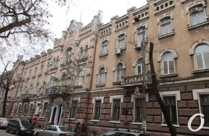 «Ближе двух метров не подходить»: что с фасадом одесского Мореходного училища? (фото)