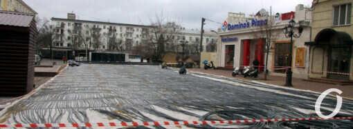 Одесский ледовый каток на Греческой площади все еще в стадии обустройства (фото)