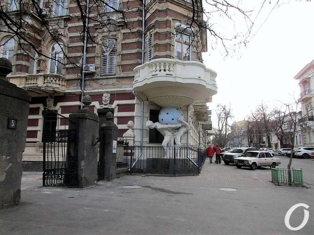 Киношные места Одессы, Дом с атлантами