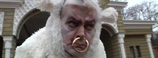 Директор Одесского зоопарка примерил рога быка в новогоднем клипе (видео)