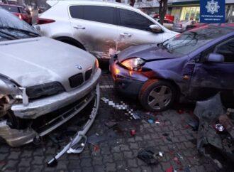 ДТП в Одессе: на Люстдорфской дороге BMW влетела в парковку и помяла три машины (фото)