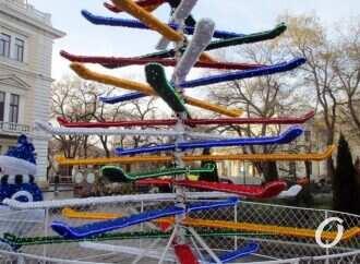 На Приморском бульваре в Одессе появилась елка-лыжница (фото)