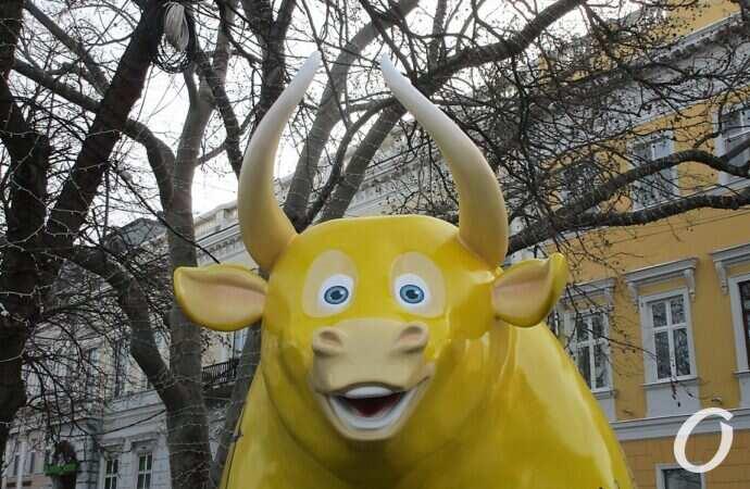 Около памятника Дюку появился чисто одесский бык (фото)