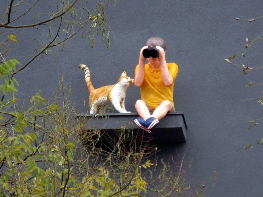 скульптура мальчик с биноклем и котом