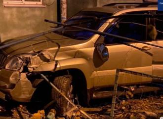 Ночные гонки: в Одессе пьяный на внедорожнике убегал от полиции и врезался в подъезд многоэтажки (видео)