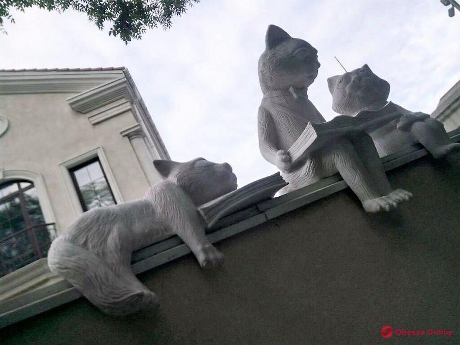 скульптура читающие коты одесса