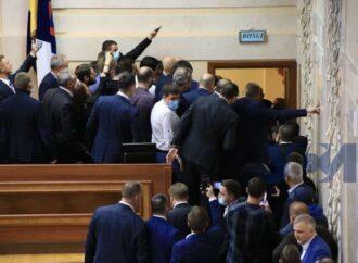 Страсти в Одесском облсовете: депутаты сломали двери и подрались (видео)
