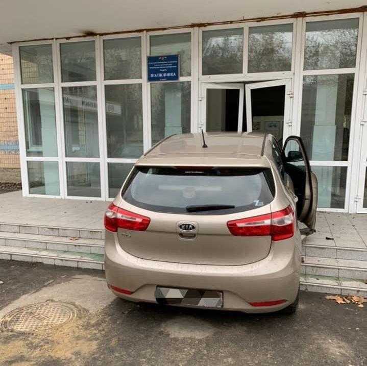 KIA въехала в поликлинику в Измаиле