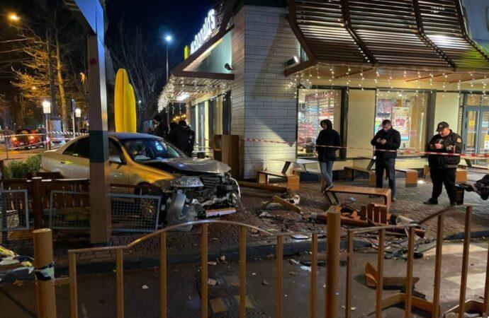 В Одессе Nissan врезался в «МакДональдс» – есть пострадавшие (видео)