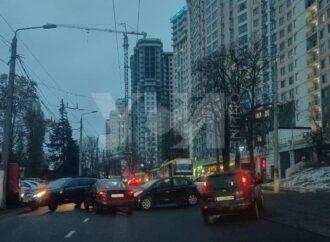 ДТП в Одессе: в районе Аркадии три столкнувшиеся легковушки остановили трамваи