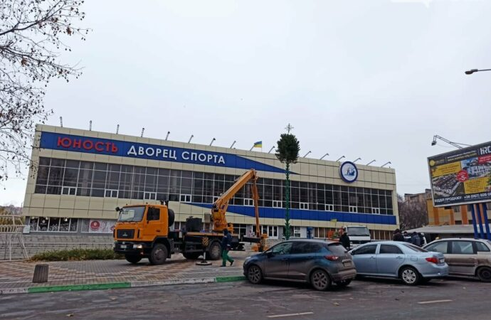 Новый год близко: в Черноморске уже монтируют главную елку города