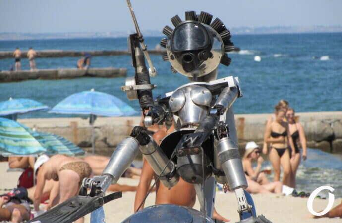 железные фигуры установили на пляже