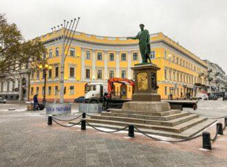 В Одессе возле Дюка «выросла» традиционная ханукия (фото)
