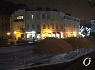 На Греческой площади в Одессе начали делать ледовый каток (фото)