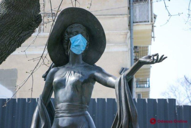 коронавирус в Одессе, памятники в масках