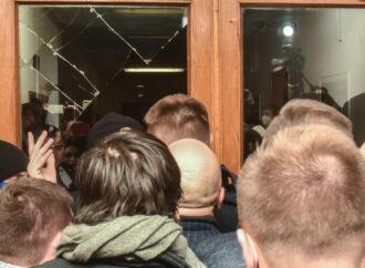 Сессия Одесского облсовета: потасовка с полицией, разбитое стекло и голосование руками (фото, видео)