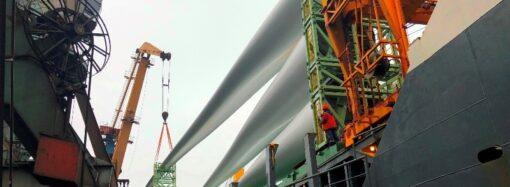 В порт «Южный» под Одессой прибыли 72-метровые лопасти для ветряков (фото)