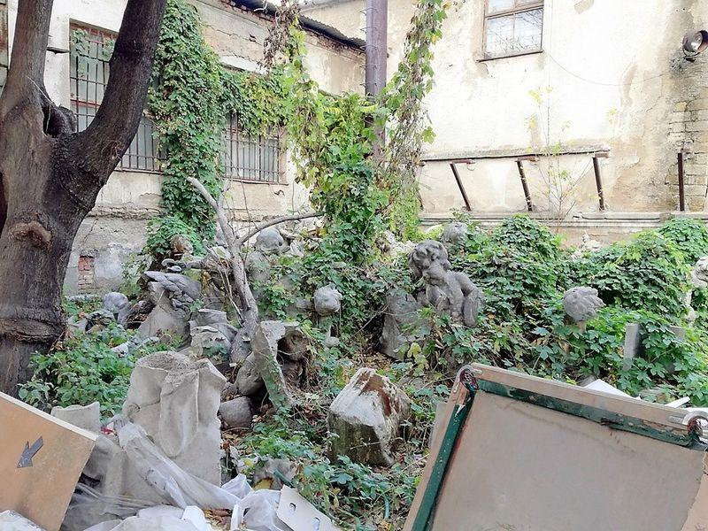 скульптуры возле Оперного