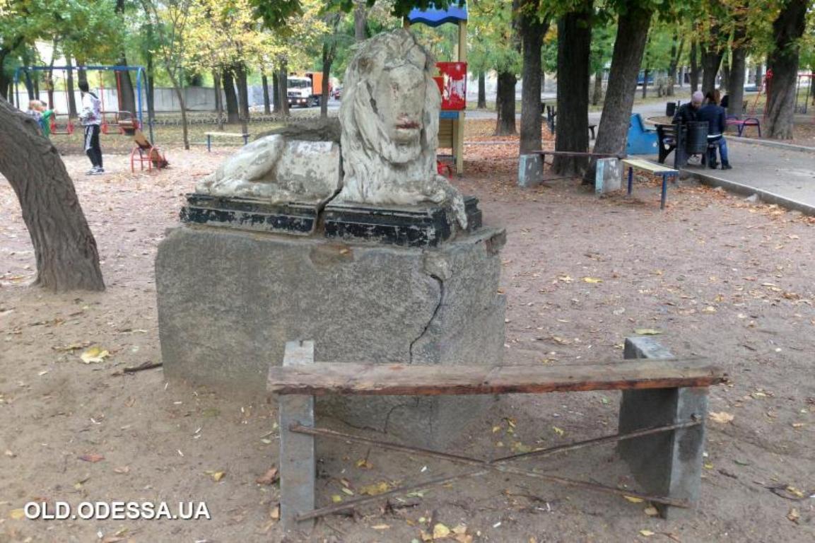 старый лев в сквере Мечникова