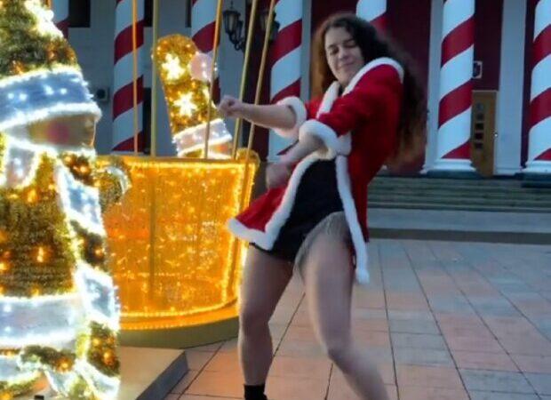 Одесситка в новогоднем костюме станцевала яркий тверк у елки на Думской площади (видео)