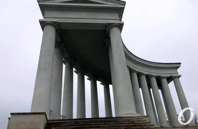Одесская Колоннада: сколы, трещины и «латки» (фото)