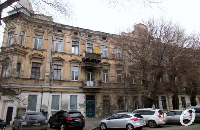 Одесская улица Осипова: балконный ассортимент, памятники-таблички и фасадные разукрашки (фото)