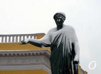 Не узнать: как снег преобразил одесские скульптуры (фото)