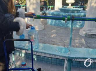 Крещение: одесситы массово набирают святую воду (фото, видео)