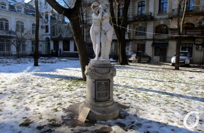 Одесская скульптура «Эрот и Психея»: надписи очистили, табличку разбили (фото)