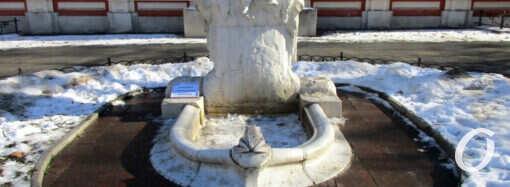 Одесское новшество: рядом со скульптурами появились таблички с мудрыми мыслями (фото)
