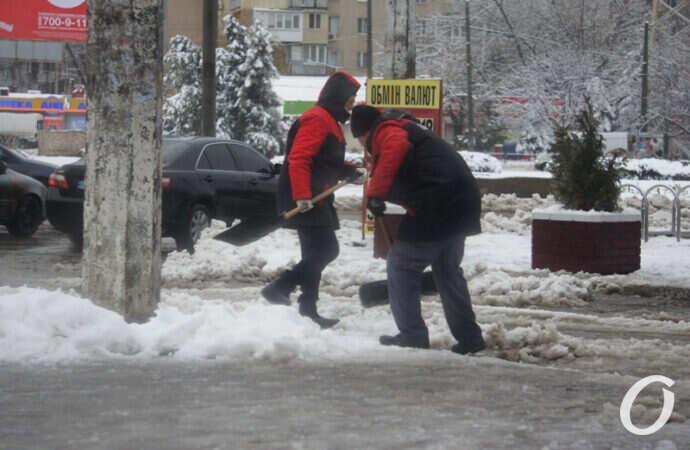 В Одессе на Таирова активно убирают последствия непогоды (фото, видео)