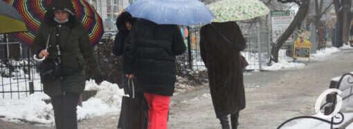 Одесситы массово «вооружились» зонтиками (фото)