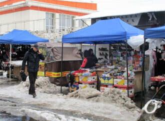 На одесском Привозе после снегопада: сугробы и «озера» – торговле не помеха (фото)